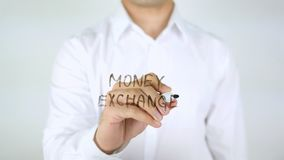 Scambio di soldi, scrittura dell'uomo sul vetro Immagine Stock