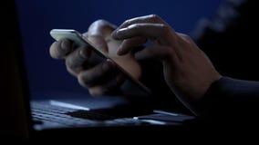 Scammer sostiene el smartphone, autentificación bifactorial de las grietas, roba el dinero en línea fotos de archivo libres de regalías