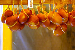 Scamorza, queijo italiano em um mercado foto de stock