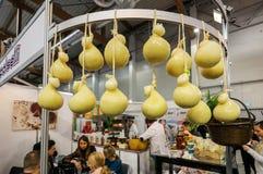 Scamorza ser hunged odsłoniętego przy Gastrofood - targ handlowy dla jedzenia i napojów dla cateringu w Krakowskim obrazy royalty free