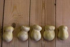 Scamorza ser na drewnianym tle zdjęcia royalty free
