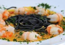 Scampi con pasta e curry Fotografie Stock