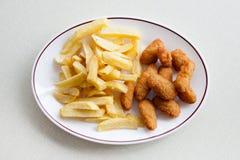 Scampi e chip inglesi tradizionali Immagine Stock