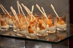 Scampi impanati in bicchiere da brandy con crema Fotografia Stock Libera da Diritti