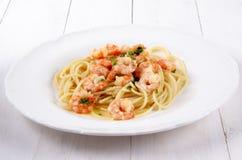 Scampi med sås och spagetti för vitt vin för smör Royaltyfria Bilder