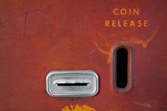 Scanalatura di moneta per la macchina antica della soda Immagine Stock