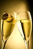 Scanalature di Champagne e capsula sulla priorità bassa dell'oro Fotografie Stock Libere da Diritti