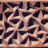 Scanalature triangolari nel muro di cemento Fine in su immagini stock