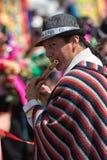 Scanali nel gioco dell'uomo che porta il poncio tradizionale nell'Ecuador Immagine Stock