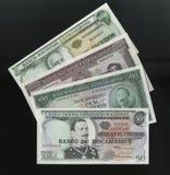 Scanarray fyra sedlar av 50.100, 500 och 1000 Escudos centralbank av Mocambique Royaltyfri Foto