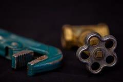 Scandagliare gli strumenti su un fondo nero fotografia stock