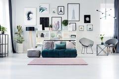 Scandi żywy pokój z plakatami obraz royalty free
