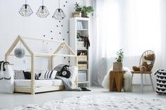 Scandi-Kinderschlafzimmer mit Fenster lizenzfreie stockfotos