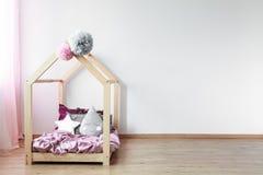 Scandi säng i sovrum för flicka` s royaltyfria foton