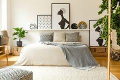 Scandi-Schlafzimmerinnenraum mit Poster Lizenzfreies Stockfoto