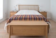 Scandinavo ispirato, interno minimalista della camera da letto che mostrano la mobilia di legno della camera da letto, pareti e l fotografia stock libera da diritti