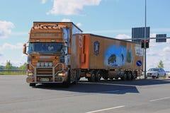 Scania-Anhänger-LKW mit James Bond Theme im Verkehr Lizenzfreie Stockbilder