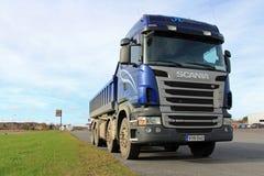 Scania azul Tipper Truck en un estacionamiento Imagenes de archivo