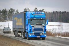 Scania blu trasporta il rimorchio del carico di Curtainsider Fotografie Stock