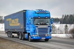Scania blu trasporta il rimorchio del carico di Curtainsider Immagini Stock