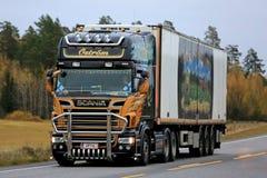 Scania chłodziarki Semi ciężarówka w jesieni scenerii Zdjęcie Stock
