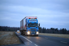 Scania che trasporta sulla sera in anticipo di inverno Fotografia Stock