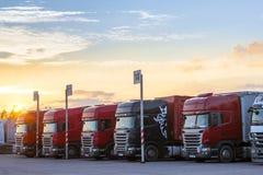 Scania Ciężkie ciężarówki z przyczepami Obrazy Royalty Free