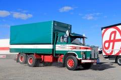 Scania clásico LS 140 del transporte de Ahola en el movimiento Imagen de archivo libre de regalías
