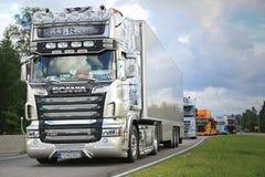 Scania halb R620 R U Weg an im LKW-Konvoi stockfotografie