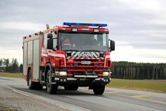 Scania-Löschfahrzeug auf der Straße Stockfotos
