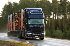 Free Scania Logging Truck Delivers Timber Royalty Free Stock Photography - 189816647