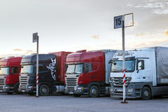 Scania & Mercedez Ciężkie ciężarówki z przyczepami Zdjęcie Stock