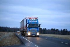 Scania que acarrea en la tarde temprana del invierno Fotografía de archivo