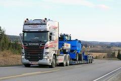 Scania R580 транспортирует обработчик Terex Fuchs материальный гористый Стоковое фото RF