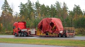 Scania R730 schleppt industriellen Gegenstand als anormaler Transport Lizenzfreie Stockfotos