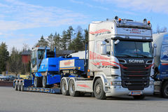 Scania R580 Semi Terex Fuchs Material Handler on Trailer Royalty Free Stock Images