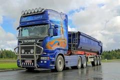 Scania R620 toont Vrachtwagen op het Werk Stock Afbeeldingen