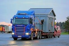Scania R500 trasporta un carico eccezionale a Dusktime Fotografia Stock