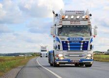 Scania R500 V8 van RG trans in Vrachtwagenkonvooi stock fotografie