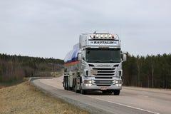 Scania R560 zatoki Nafcianego paliwa Semi Cysternowej ciężarówki Przewozić samochodem Zdjęcie Royalty Free
