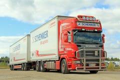 Scania rosso con il rimorchio di DB Schenker Fotografia Stock Libera da Diritti