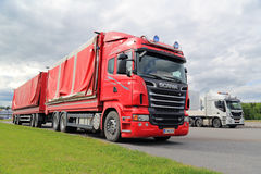 Scania rouge, herbe verte, Grey Sky Images stock