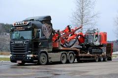 Scania Semi тянет снаряжение сверла ренджера Sandvik Стоковые Изображения