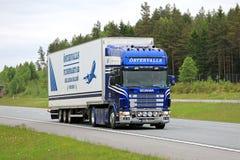 Scania 164 semi en la autopista en el verano Imagen de archivo libre de regalías