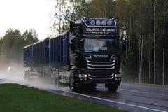 Scania V8 troquant sur la route pluvieuse Image libre de droits