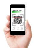 Scannencode Smartphones in der Hand Lizenzfreies Stockfoto