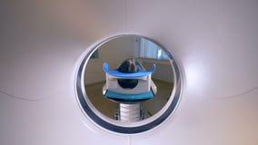 Scanner d'IRM, tomograph avec le patient obtenant l'examen médical clips vidéos