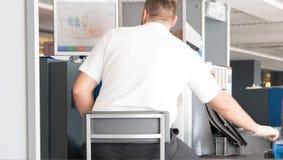 Scannermachine bij de controlepost van de luchthavenveiligheid stock foto