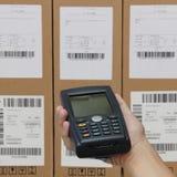 Scanningen boxas med barcodebildläsaren Fotografering för Bildbyråer