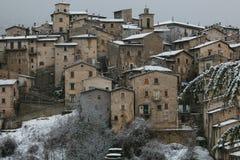 Scanno medeltida by med insnöat vintersäsongen, Abruzzo, Italien Royaltyfri Fotografi